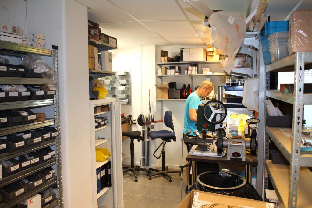 I vår verkstad hjälper vi dig med tillverkning av nycklar och cylindrar samt reparationer och låsöppningar.